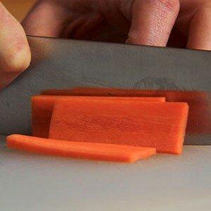 cortar una verdura im 300x300 Por qué se cortan los alimentos?